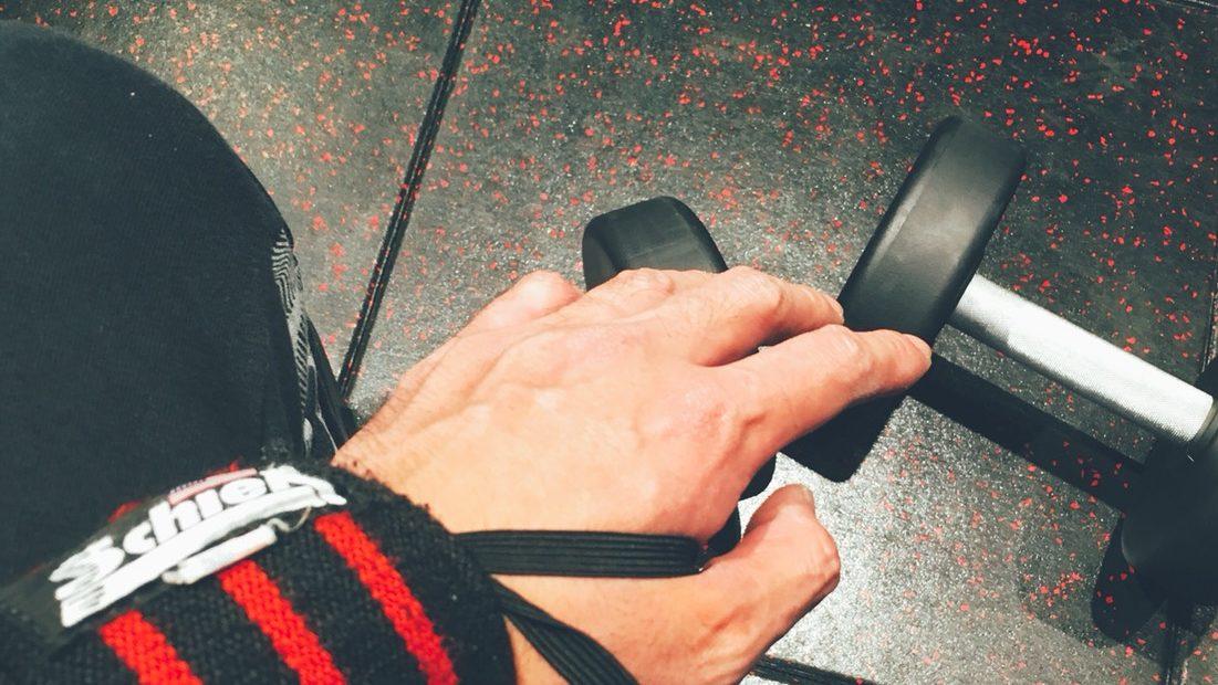 リストラップと手とダンベル