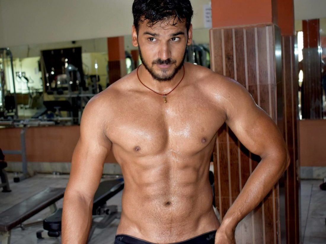 腹筋の割れた筋肉質の男性