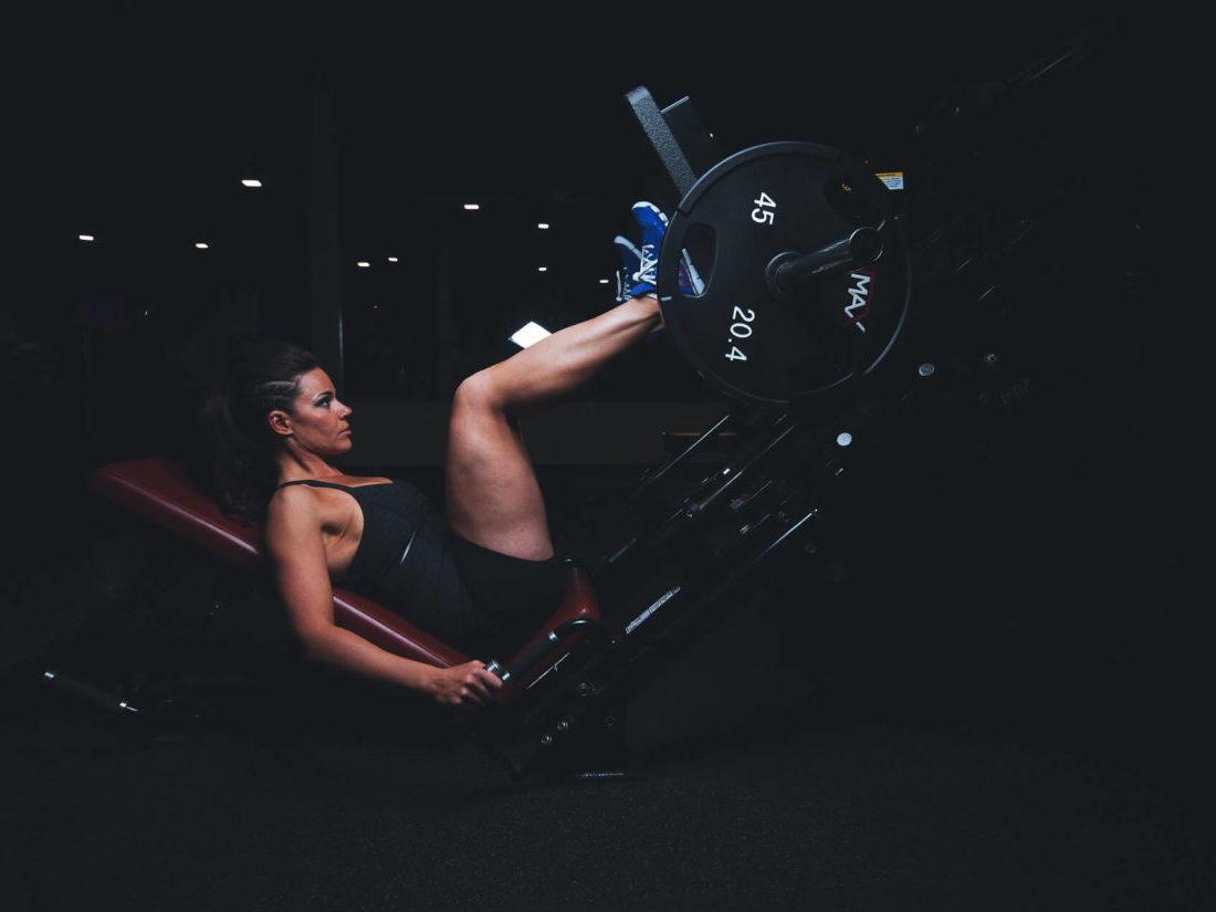 レッグプレスマシンでトレーニングする女性