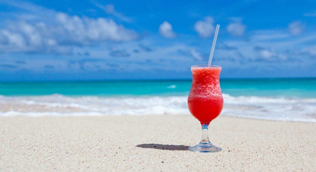 夏の海とフルーツジュース