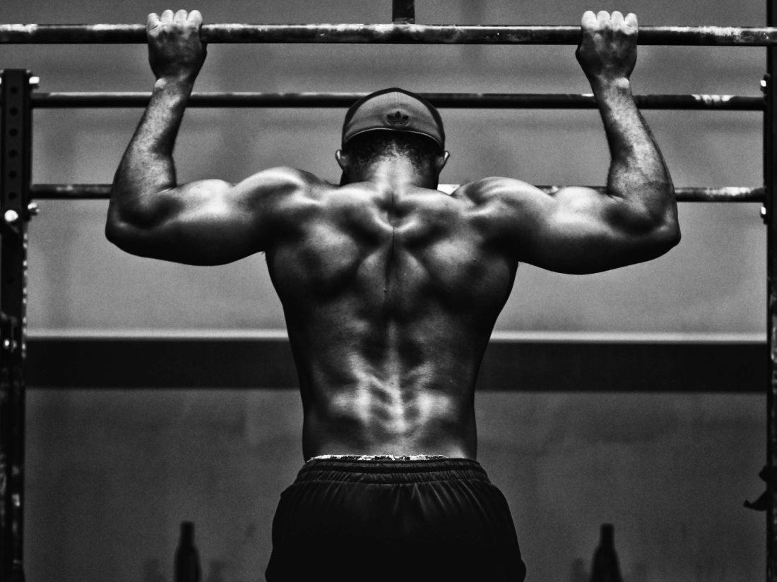 背中のトレーニングをする男