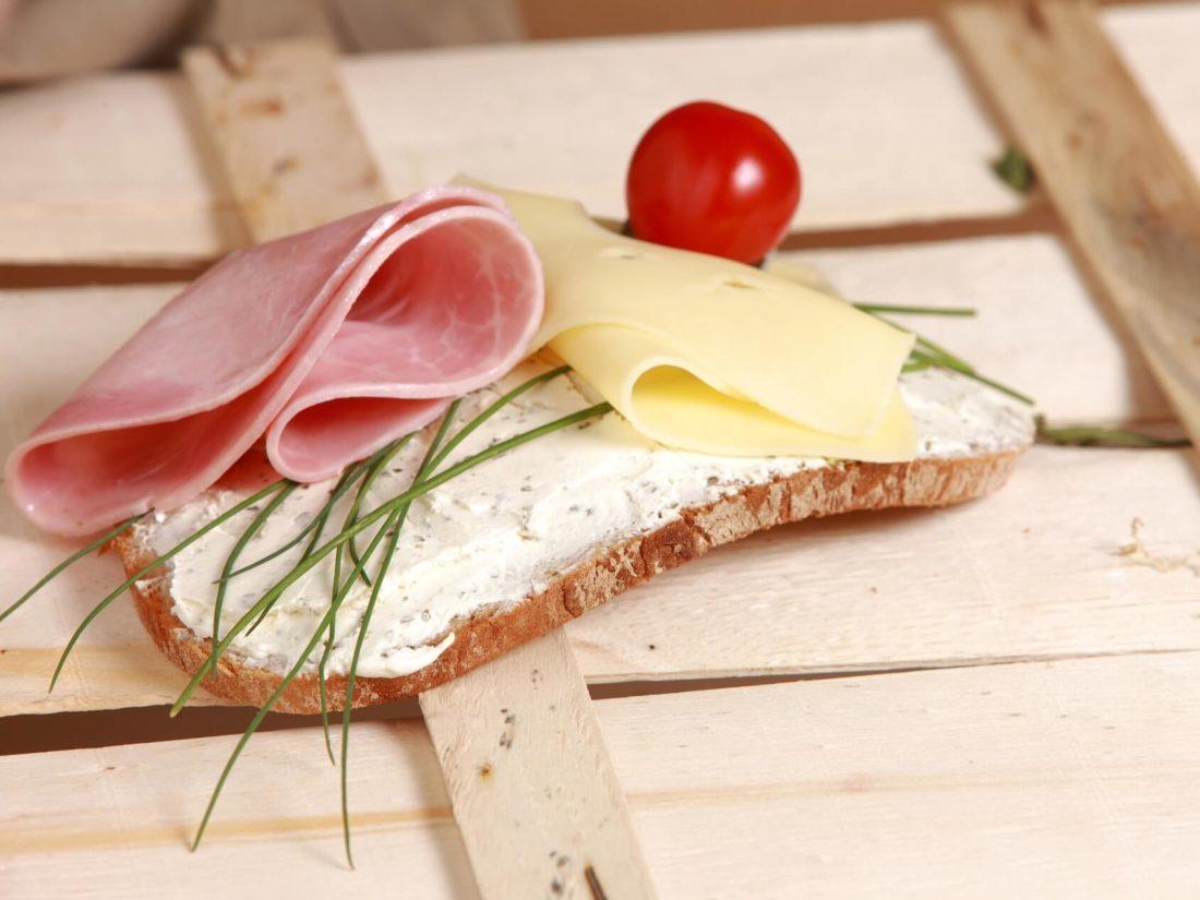 ハムとチーズと野菜が乗ったパン