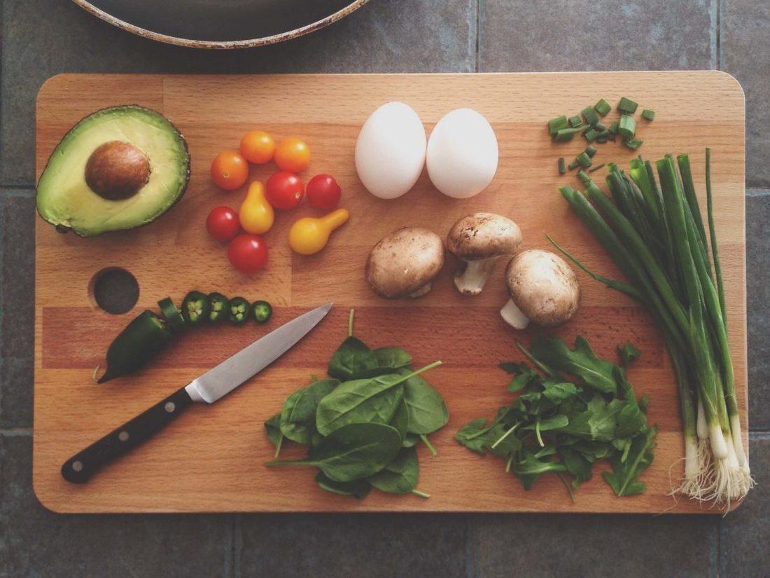 まな板に様々な野菜