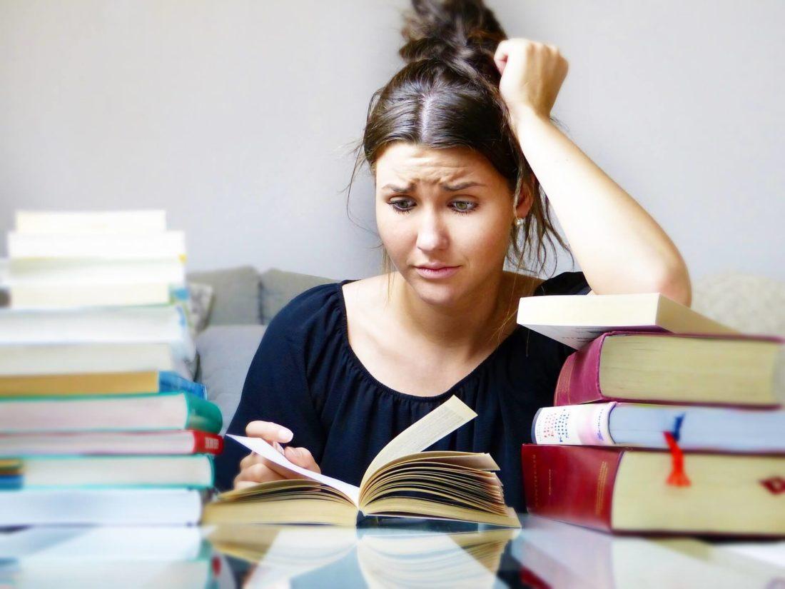 本を読んで悩む女性
