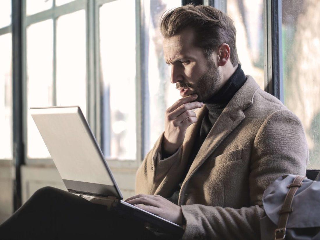 パソコンを前に考える男性