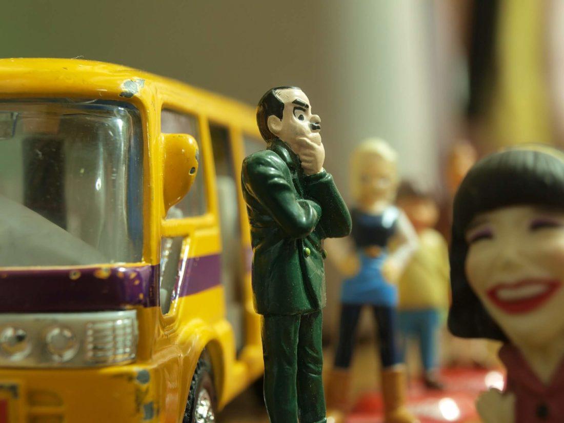 考える男性の人形