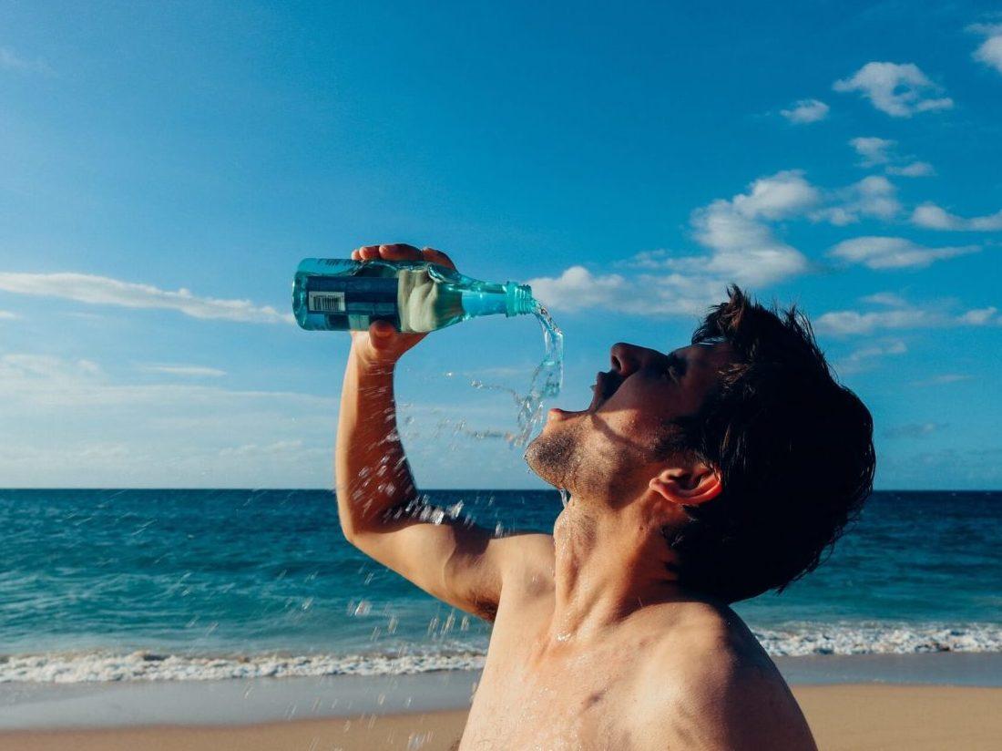 水をがぶ飲みする男