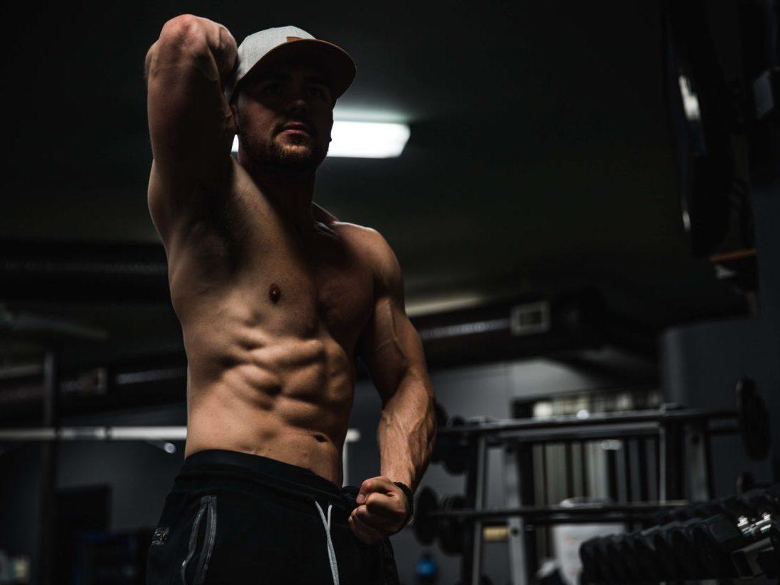腹筋の状態を確認する男性