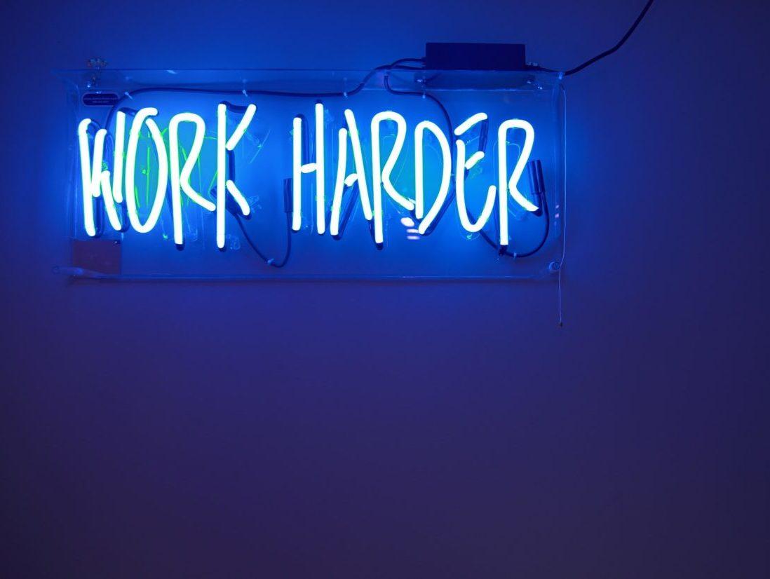WORK HARDERというネオンサイン