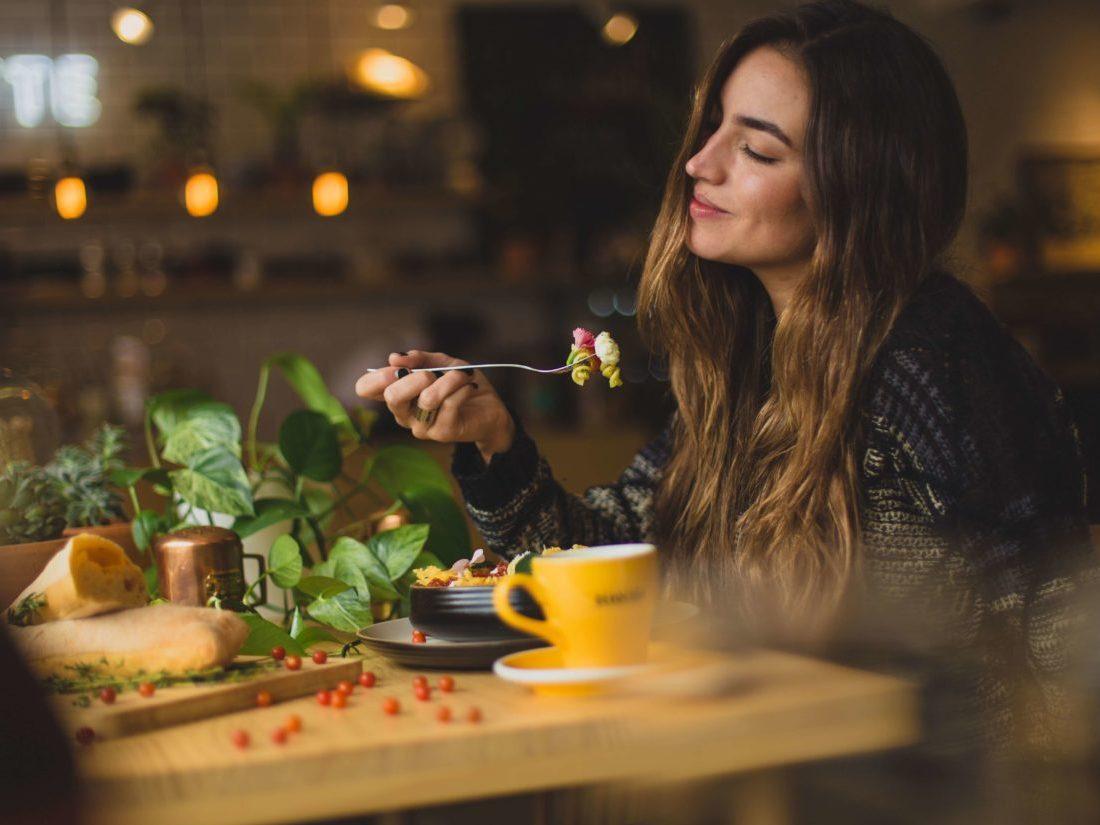 食事をする金髪の女性