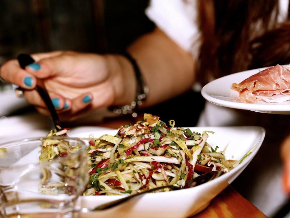 大量の食事を食べる女性