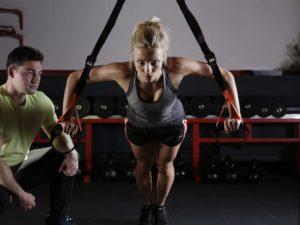 トレーニングチューブで大胸筋を鍛える女性