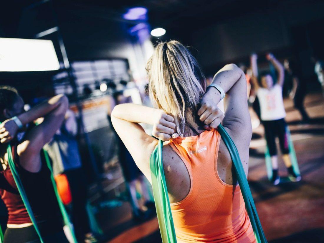エクササイズチューブでトレーニングする女性