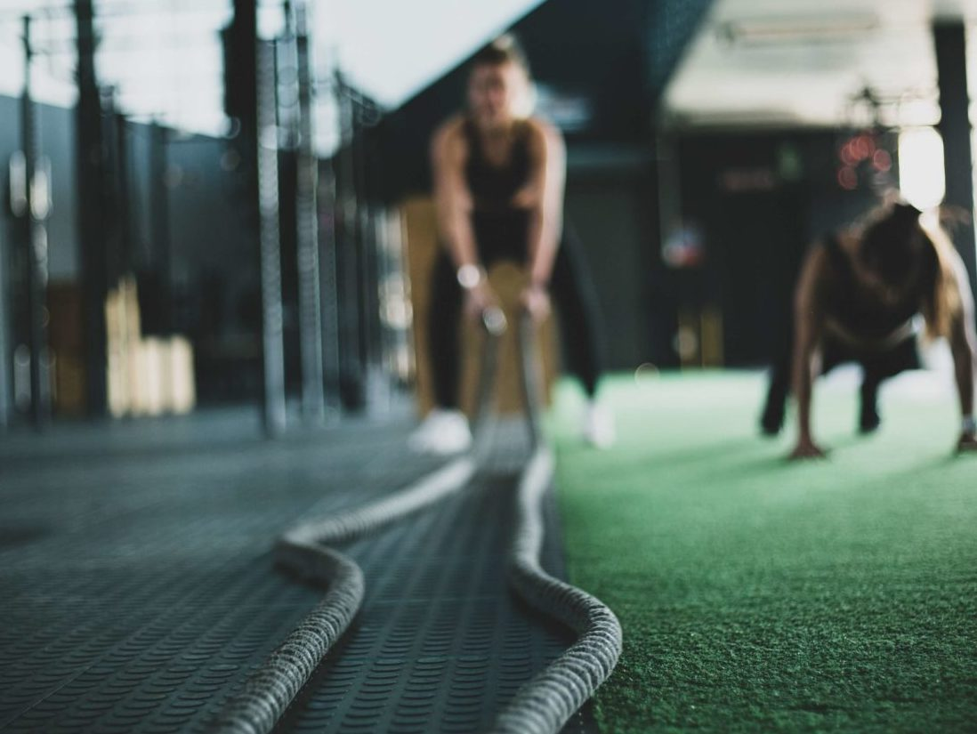 バトルロープで体を鍛える女性