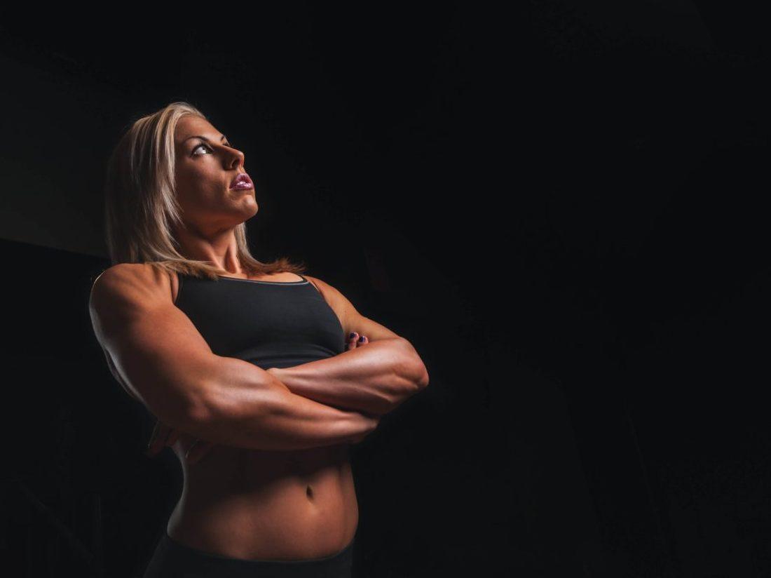 考える筋肉質な女性