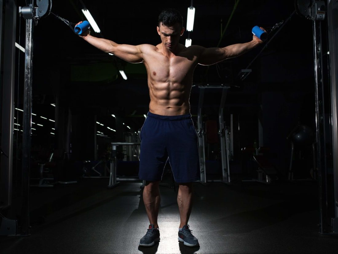 ケーブルマシンでトレーニングする男性