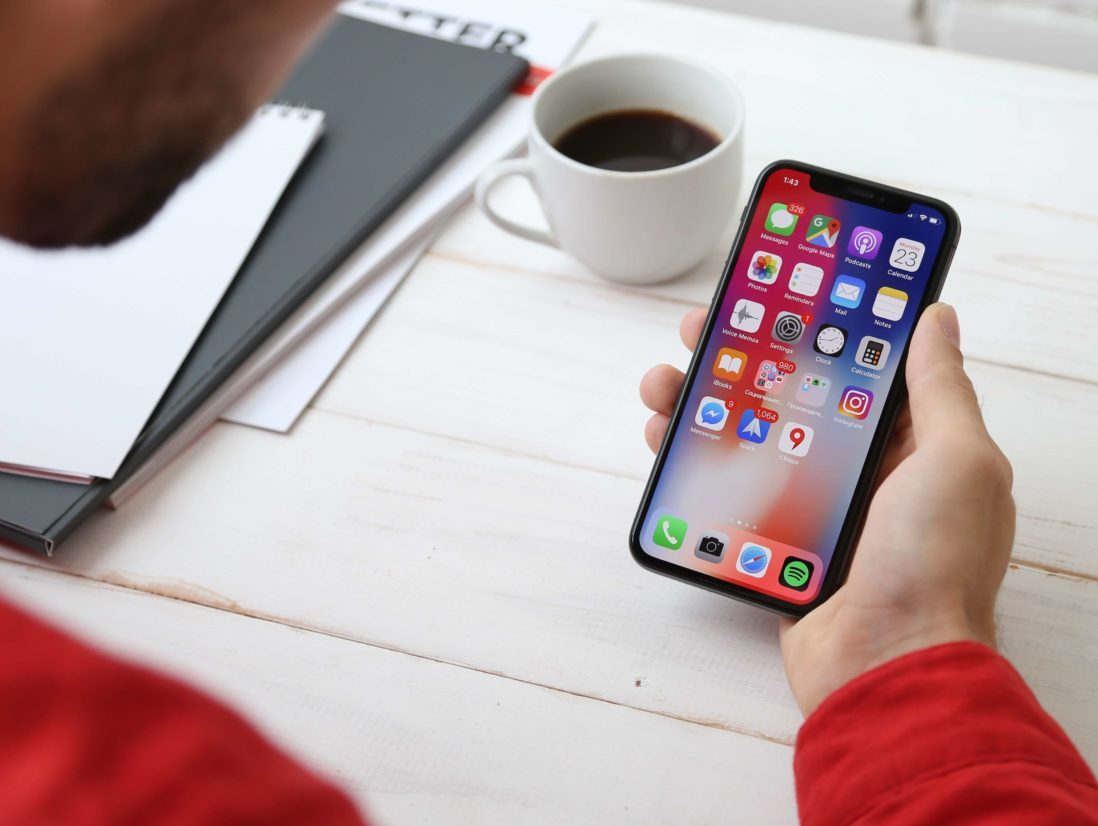iphoneでアプリを活用する男性