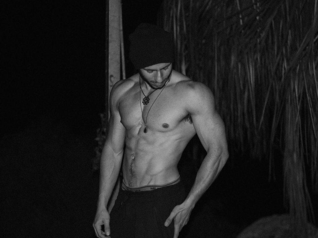 上半身の服を脱いだ筋肉質な男性