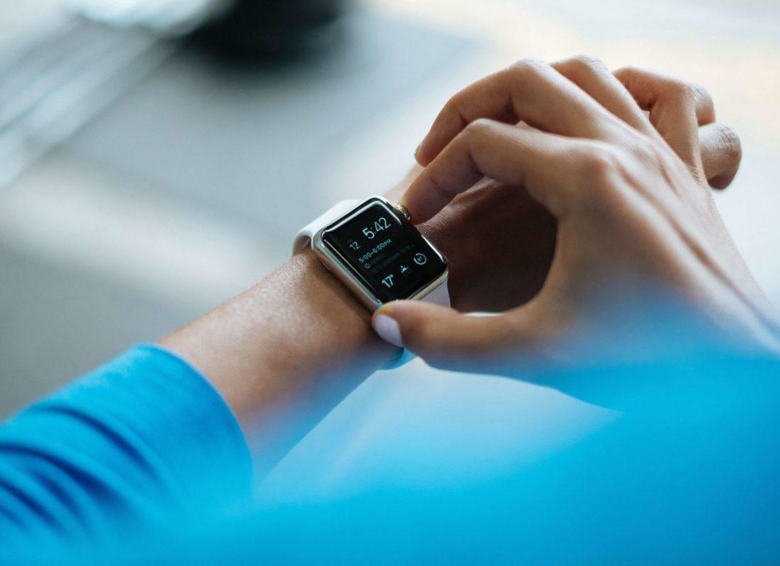 腕時計で時間を確認