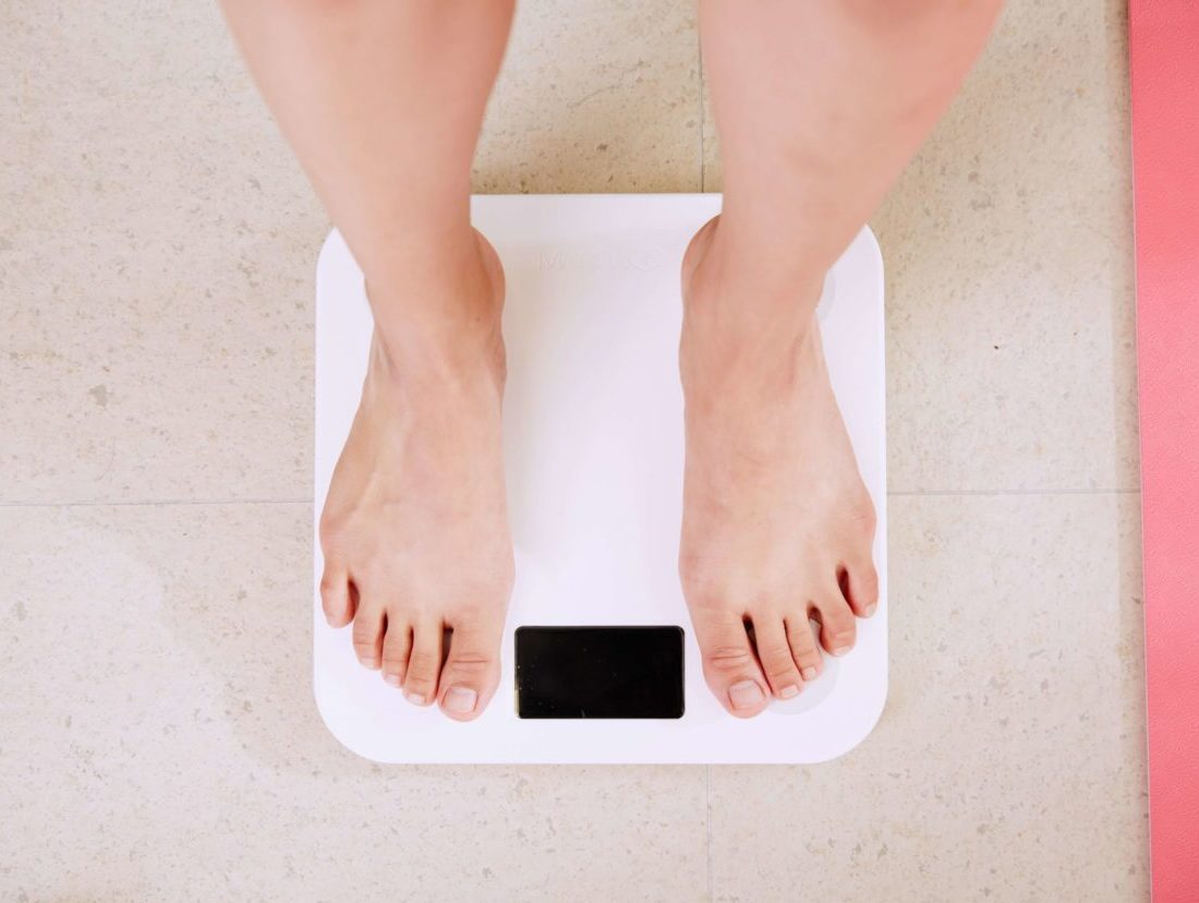 体重計で体重を測る女性